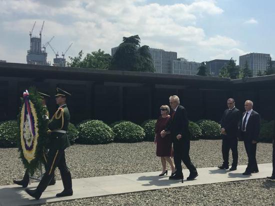 南京大屠杀纪念馆迎首位在职外国总统参观(图)