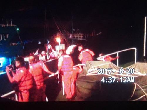 """台湾""""海巡署""""强靠登船检查。(图据台媒)"""