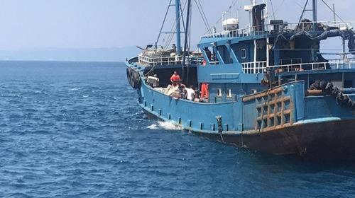 被查大陆渔船所载渔获,被丢入大海。(图据台媒)