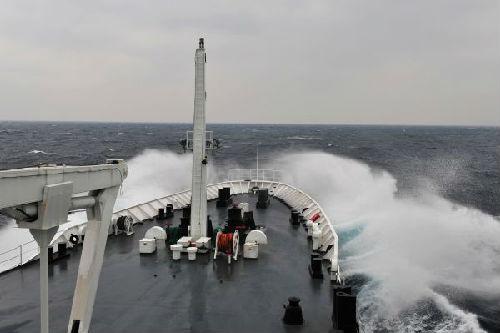 2013年,中国渔政206船在钓鱼岛海域。新华社记者 张建松摄