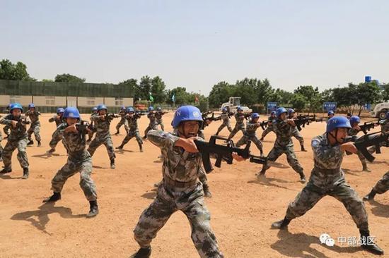 官兵进行刺杀操演示。