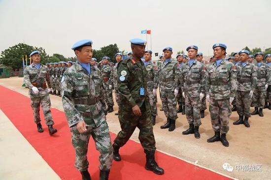 联非达团总参谋长检阅部队。