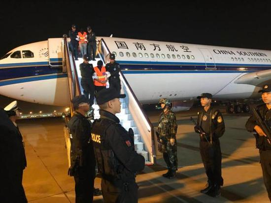电信网络诈骗犯罪嫌疑人被中国公安机关从柬埔寨押解回国。