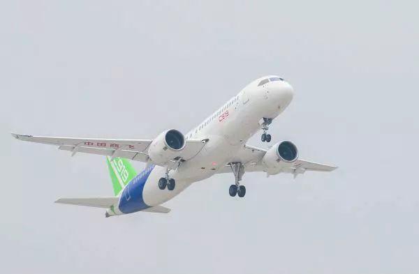 ▲2017年5月5日,中国首款国际主流水准的干线客机C919在上海浦东国际机场首飞。(新华社)