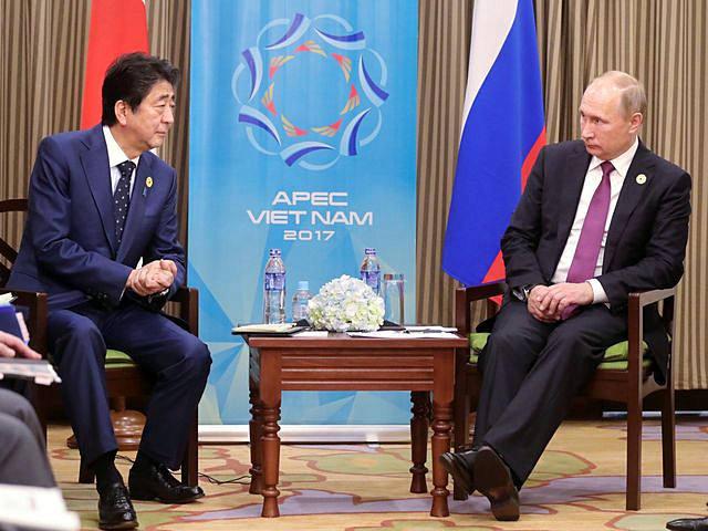 11月10日,越南岘港参加亚太经合组织第二十五次领导人非正式会议,俄罗斯总统普京(右)与日本首相安倍晋三举行会谈。(新华/路透)
