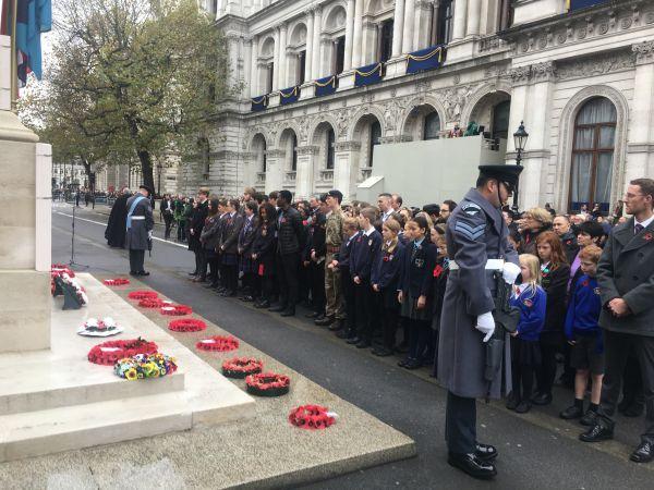 11月11日,在伦敦唐宁街前的和平纪念碑前,华人和英国友人代表在纪念一战停战99周年纪念仪式现场默哀。(梁希之 摄)