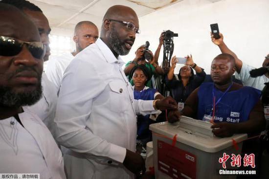 图为12月26日,乔治·维阿现身投票站进行投票。