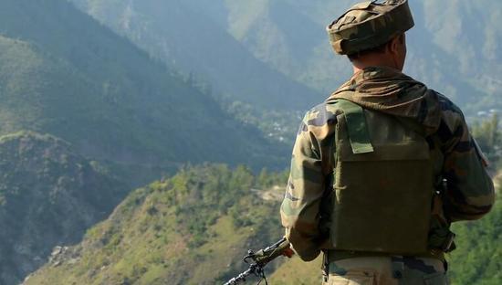 资料图:驻扎在巴基斯坦边境附近的印度士兵。
