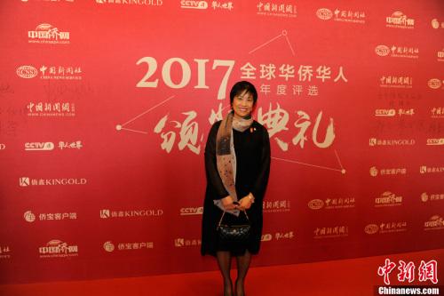 """1月10日,由中国新闻社主办、中国侨网承办的""""2017全球华侨华人年度评选颁奖典礼""""在北京隆重举行。全球华侨华人十大新闻评选已连续举办了16年,受到海内外侨界的广泛关注。今年,在十大新闻评选的基础上,新增了年度新闻人物评选。图为加拿大安大略省华裔议员黄素梅亮相红毯。<a target='_blank' href='http://www.chinanews.com/' _fcksavedurl='http://www.chinanews.com/' >中新网</a>记者 富宇 摄"""