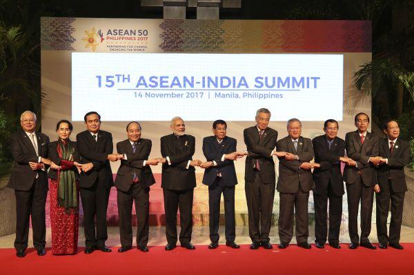 2017年11月14日,在菲律宾首都马尼拉,出席第15届东盟与印度峰会的领导人合影。