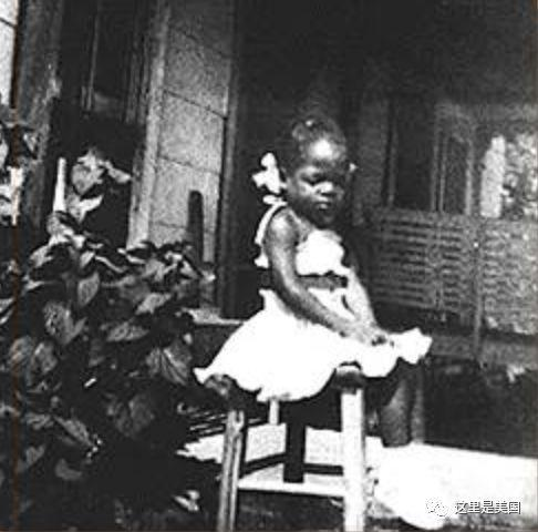 6岁时,她回到了母亲身边。