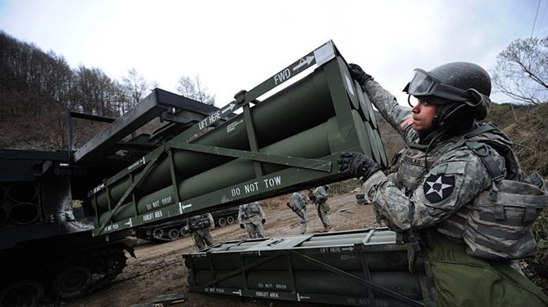 资料图:驻韩美军演练为M270装填火箭弹。