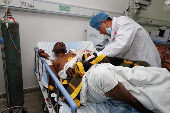 2017年8月4日,在埃塞俄比亚的蒂鲁内什-北京医院,中国第19批援埃塞医疗队队长张晓阳在查看病人情况。(迈克尔·特韦尔德摄)