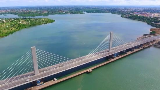 这是在坦桑尼亚达累斯萨拉姆拍摄的由中国公司承建的东非最大斜拉式跨海大桥尼雷尔大桥。