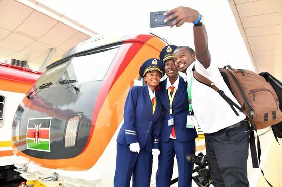 2017年5月31日,由中国企业承建的肯尼亚蒙巴萨-内罗毕标轨铁路正式建成通车。新华社记者孙瑞博摄