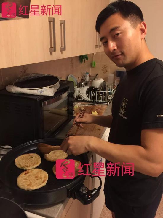 ▲余轶迪在家中做饭 受访者供图