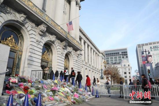 资料图:当地时间2017年12月15日,美国旧金山举行李孟贤市长遗体告别仪式,纪念12日凌晨因心脏病去世的李孟贤。他是旧金山历史上首位华裔、亚裔市长,享年65岁。图为民众排队进入市政府。 中新社记者 刘丹 摄