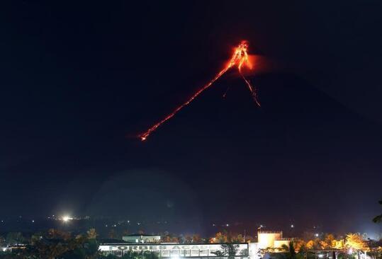 菲律宾马荣火山喷发出熔岩。(图源:新华社)