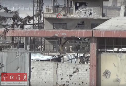 红圈处可见老炮射出的球形炮弹。