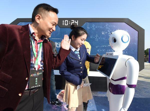 资料图片:2017年10月24日,在科大讯飞(首届)全球1024开发者节展示区内,参观者在和智能语音机器人进行互动体验。新华社记者 郭晨 摄