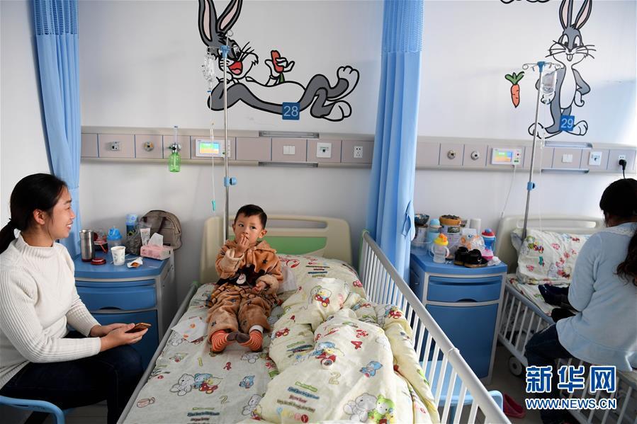 """小患者在安徽医科大学第二附属医院儿科住院部新增病区病房内休息(12月6日摄)。数据显示,今年前8个月,全国住院分娩婴儿活产数为1162万,其中""""二孩""""占比过半,继续保持增长趋势。新华社记者 刘军喜 摄"""