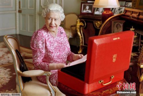 2015年9月8日消息,英国伦敦,英国女王伊莉莎白二世在白金汉宫私人接见室中,查看政府官方文件,旁边放置着其官方红箱子。