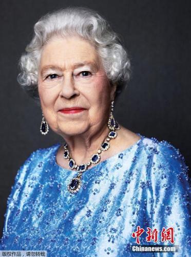 资料图:英女王登基65周年时白金汉宫公布了官方照。