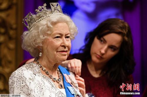 当地时间2015年9月7日,英国伦敦,杜莎夫人蜡像馆维护刷新女王伊丽莎白二世蜡像。