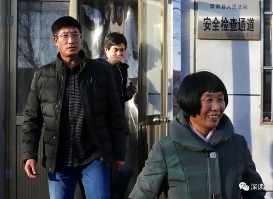 朱振彪的父母宣判后满脸笑容走出法庭
