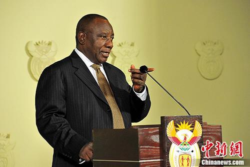 当地时间2月26日晚,南非总统拉马福萨公布了调整后的内阁名单。原财政部长内内等数位在祖马担任总统时被解职的部长回归,另外多位部长的岗位也发生变化。图为拉马福萨宣布最新内阁名单。 <a target='_blank' href='http://www.chinanews.com/' _fcksavedurl='http://www.chinanews.com/'>中新社</a>记者 GCIS 摄
