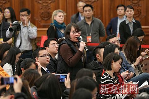 新京报记者王姝提问。新京报记者 薛珺 摄