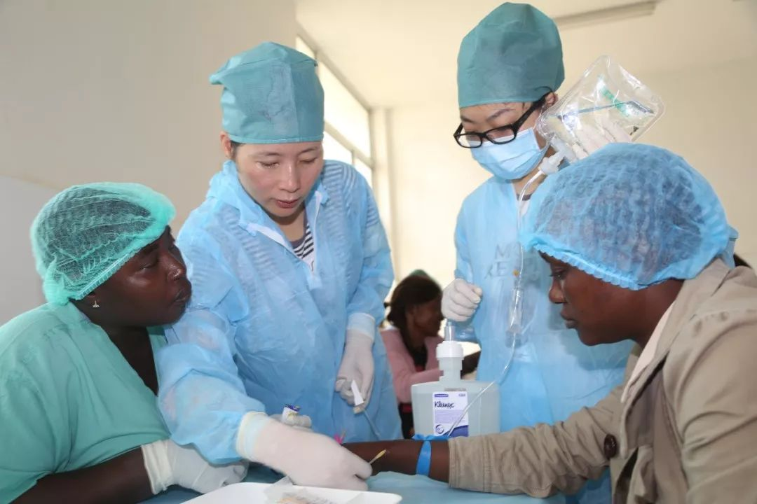 2014年12月10日,中国人民解放军援助西非抗击埃博拉疫情医疗队为中塞友好医院开展输液培训活动。(新华社记者戴欣摄)
