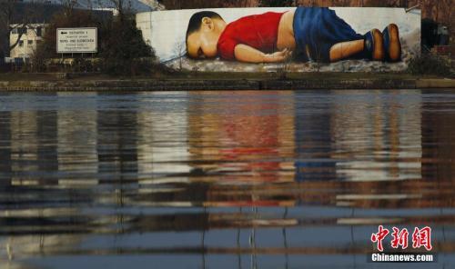 13 3岁叙利亚难民伏尸土耳其海滩的大型壁画。