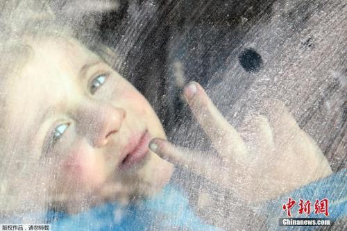 阿勒颇儿童乘大巴撤离。