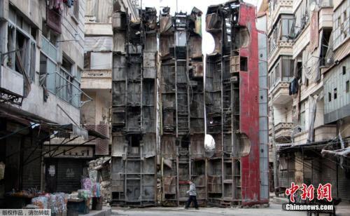 2015年3月,叙利亚阿勒颇平民在街道上将三辆公交车立起来作为路障。