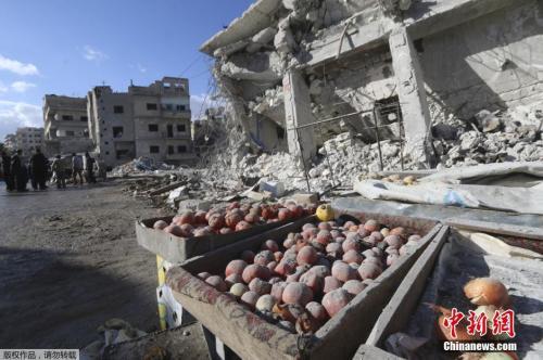 2016,叙利亚伊德利卜省埃里哈镇一个集市遭到空袭,至少40人死亡。集市中的店铺被炸的面目全非。