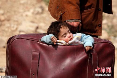 12 叙利亚民众拖家带口逃离战火,孩子被装在手提包里