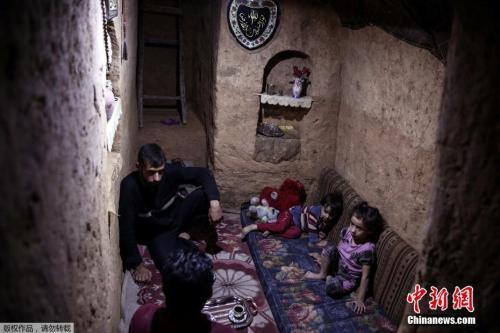 大马士革民众躲进防空洞躲避空袭。