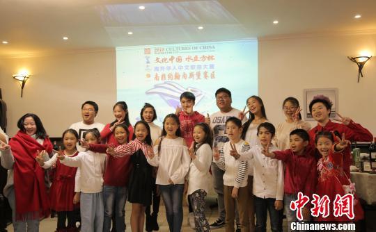 """11日晚,2018年""""文化中国·水立方杯""""海外华人中文歌曲大赛南非约翰内斯堡赛区报名正式启动。根据比赛规则,每个赛区将推选2名青少年组优胜选手和1名成年组优胜选手,获得到北京参加总决赛的资格。随后,这些入围的选手将在北京参加初赛、复赛、半决赛和决赛等多轮角逐,以产生最终金银铜奖项得主。 王曦 摄"""