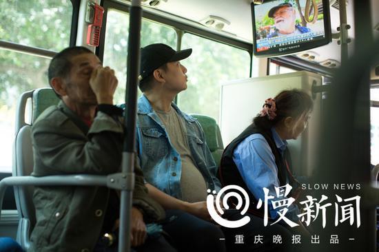 郑先生说,公交上左摇右晃,最怕肚子被碰到