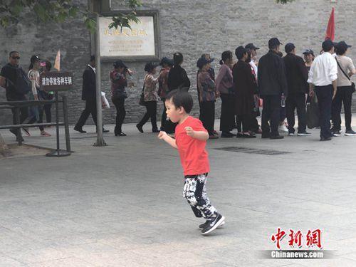 5月10日,一名儿童在北京北海公园玩耍。 冷昊阳 摄