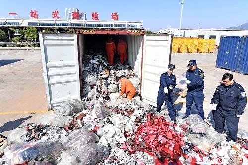 """2017年12月21日,厦门海关严厉打击""""洋垃圾""""走私。 新华社记者林善传摄"""