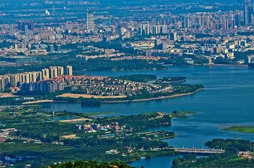 这是从东莞大岭山森林公园茶山顶上俯瞰东莞厚街镇(资料照片)。 新华社发