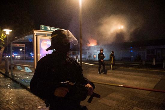 警方维护骚乱现场治安。(图:法新社)