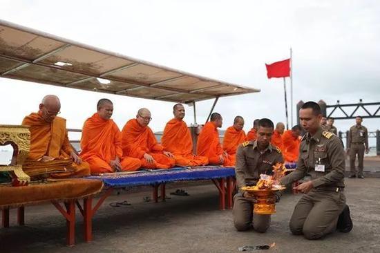 7月11日上午,普吉政府在查龙码头为沉船事故遇难者举行佛教超度仪式。崔萌摄