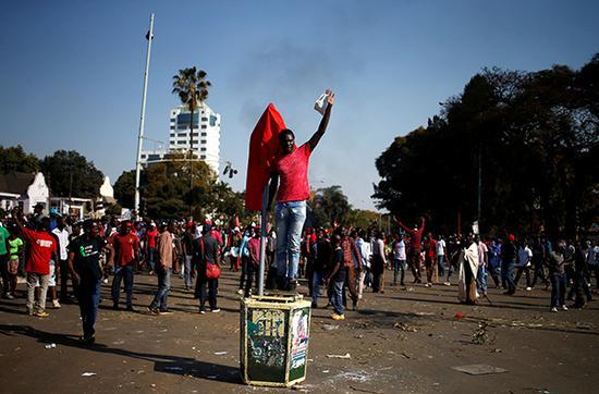 """8月1日,津巴布韦反对党""""争取民主变革运动党""""(MDC)的数百名支持者聚集在首都哈拉雷街头。  视觉中国 图"""