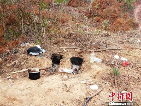 图为嫌疑人为赶伐木进度,在山上搭建灶台解决一日三餐。 甘勇 摄