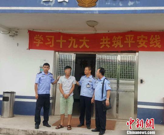 图为民警押解网逃嫌疑人。 潘寿龙 摄