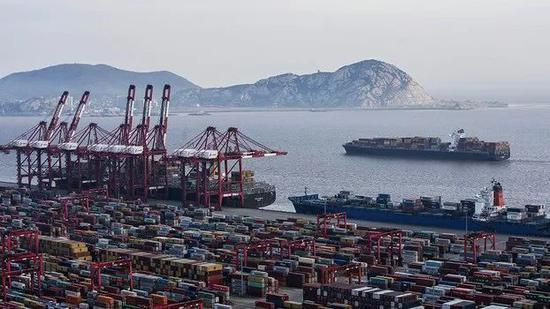 ▲美国征税商品种类繁多,图为堆放在中国洋山港码头的集装箱。(美联社)