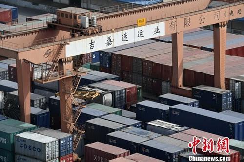 资料图:成都国际铁路港一排排载满货物的集装箱。中新社记者 张浪 摄